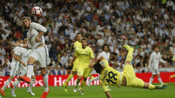 Sansone golpea el balón ante la presencia de Gareth Bale