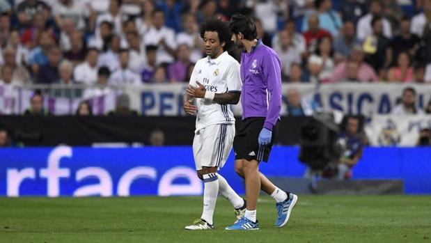 Marcelo se retira lesionado durante el encuentro ante el Villarreal
