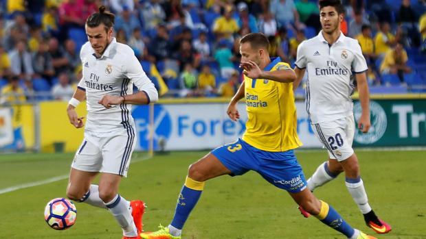 Bale intenta superar la oposición de un rival