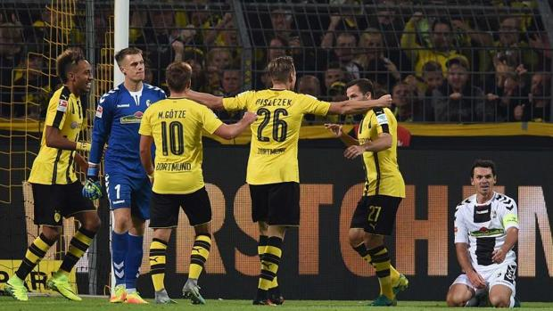 Varios jugadores del Borussia Dortmund celebran un tanto conseguido la pasada jornada