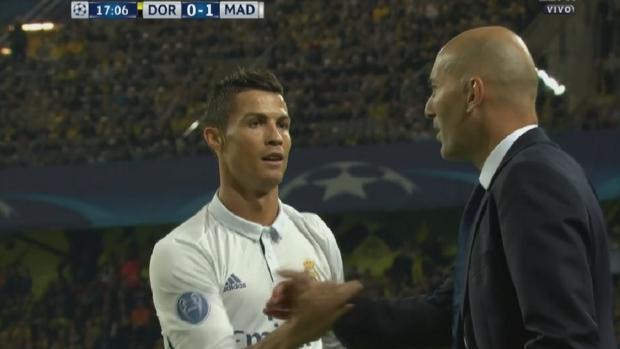 Cristiano Ronaldo estrecha la mano de Zidane tras marcar su gol