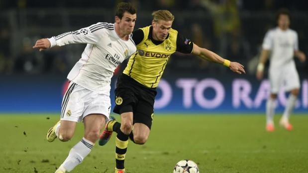 Bale conduce el balón ante la presencia de un dfensor del Dortmund durante un Dortmund-Madrid de 2014