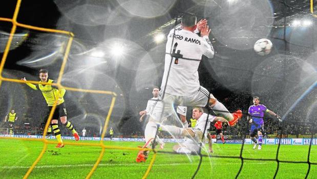 Reus, fusilando a Ramos en el último Dortmund-Real Madrid (2-0)