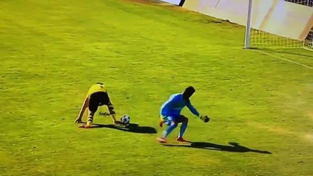 Momento en el que Arweiler roba el balón a Luca Zidane