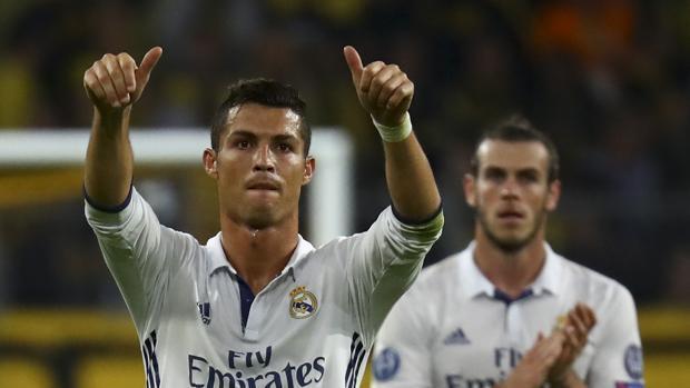 Bale, que le dio el pase de tacón, celebra su gol en Dortmund