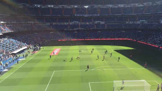 Así calientan los dos equipos sobre el césped del Bernabéu.