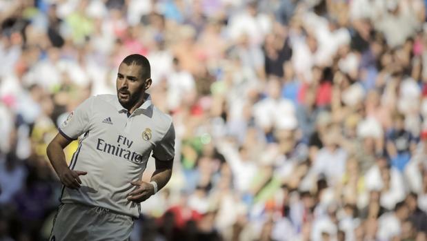 Benzema pasa hoy una resonancia tras sentir un pinchazo en la rodilla derecha