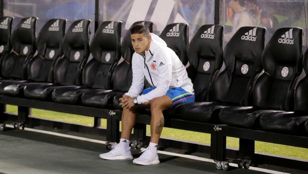 James Rodríguez, en el banquillo del estadio de Asunción