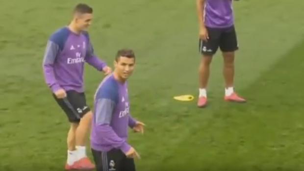 Real Madrid:  Cristiano se enfada en un rondo y tira un balonazo a la prensa