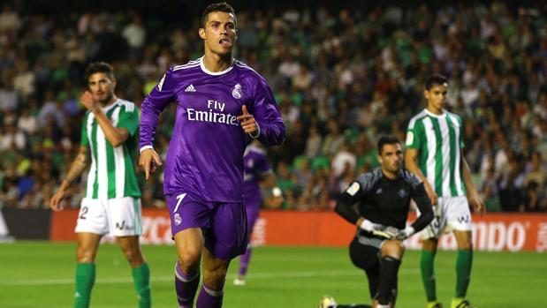 Cristiano se dispone a celebrar su gol ante la mirada seria de Adán y sus defensas