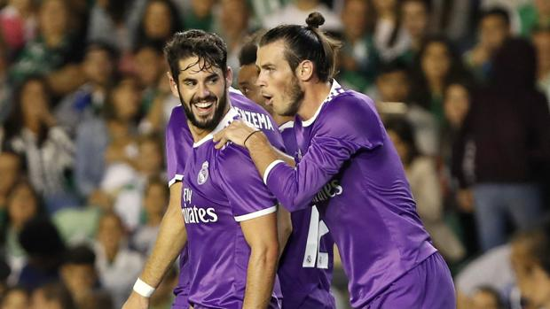 Bale felicita a Isco por sus dos goles en el Villamarín