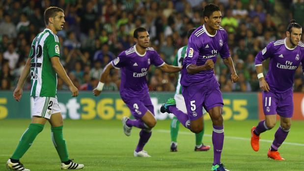 Varane firmó su segundo gol del curso en Sevilla; también marcó en Dortmund