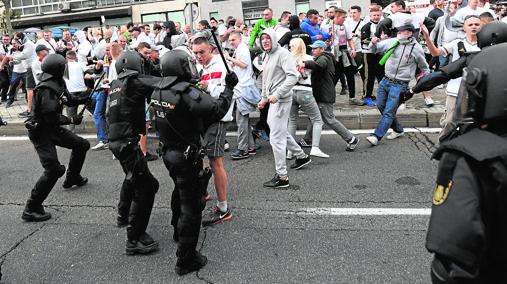 Enfrentamiento entre los antidisturbios y los ultras