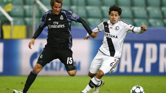 Coentrao pugna cpor el balón con el brasileño Guilherme