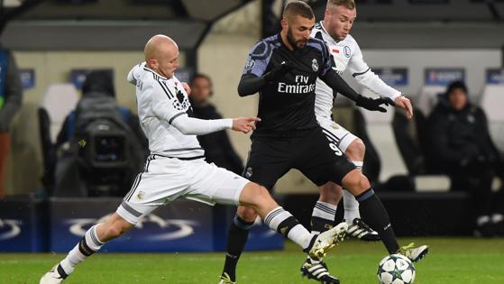 Benzema ante dos rivales del Legia