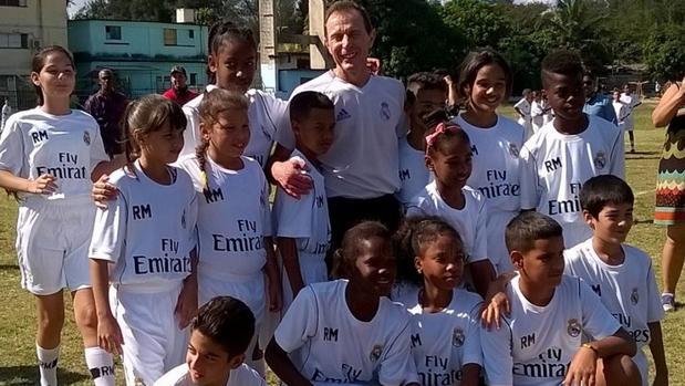Butragueño, con los niños cubanos