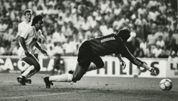 Hugo Sánchez el máximo goleador de los Real Madrid-Sporting. En la imagen, marca a Pedro en la goleada (7-0) de la temporada 87-88