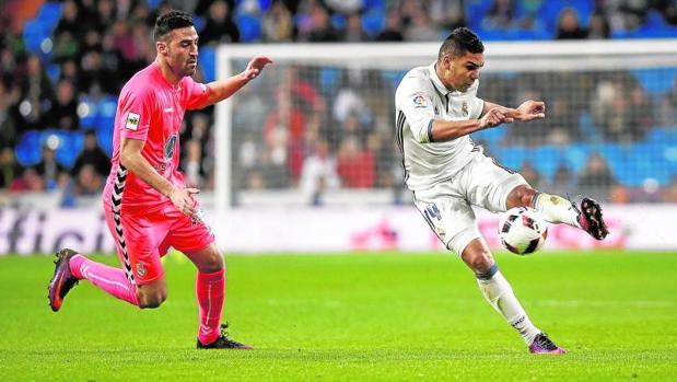 Casemiro, golpea al balón en el Real Madrid-Cultural