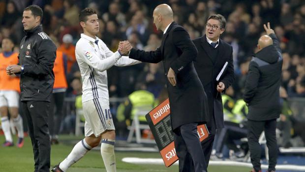 Zidane y James, tras ser cambiado el colombiano en el Madrid-Sevilla