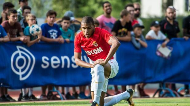 Mbappé con la camiseta del Mónaco