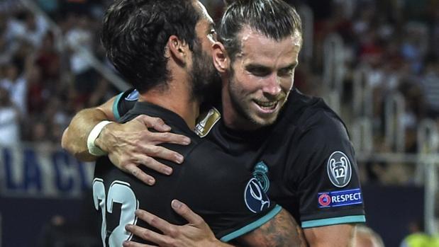 Isco celebra con su compañero Gareth Bale el tanto del Madrid