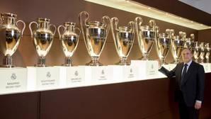 Florentino Pérez, con los trofeos de la Champions League del Real Madrid