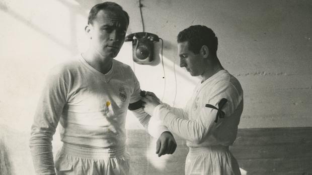 Gento coloca a Di Stefano un brazalete negro en memoria del United