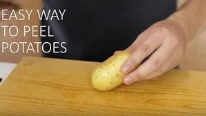 El truco definitivo para no quemarte pelando una patata cocida