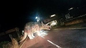 El enorme dinasaurio que apareció misteriosamente en una carretera y desconcierta a Facebook