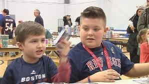 Un niño vende su preciada colección de cromos para salvar la vida de su amigo con cáncer