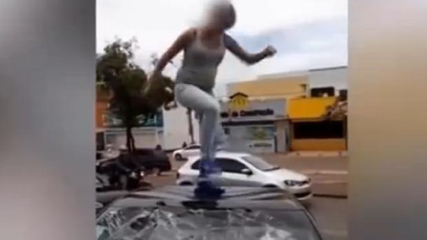 Momento en que la mujer salta sobre el coche de su novio