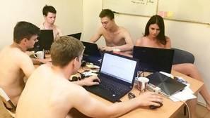 Los bielorrusos trabajan desnudos porque su presidente se lo ha pedido