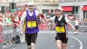 La adorable pareja de abuelos que completa maratones de la mano