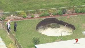 Vídeo: aparece un agujero de 8 metros en el jardín de dos jubilados australianos