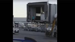 Un pasajero corre por la pista de Barajas para no perder su avión