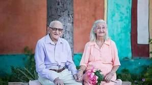 Una pareja de ancianos celebra su 65 aniversario con la sesión de fotos más romántica de Facebook