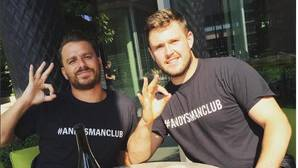 Hacerse un «selfie» haciendo el gesto de «ok»: así combaten los famosos los suicidios masculinos