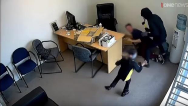 YouTube:  La niña más valiente de YouTube se enfrenta a unos atracadores armados con un hacha
