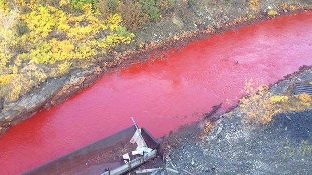 Imagen del río Daldykan teñido de rojo