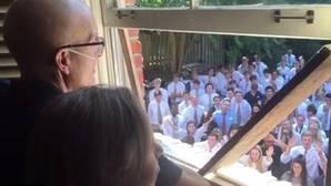 Facebook: El emotivo momento en el que 400 estudiantes cantan a su profesor enfermo de cáncer