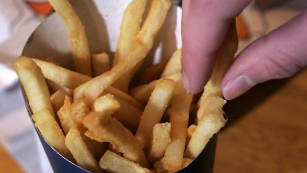 Arrestan a una mujer por robarle tres patatas fritas a un policía de Washington
