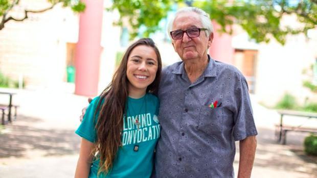 René Neira, junt o a su nieta Melanie, con la que comparte clases