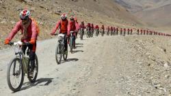Las monjas, en fila por el Himalaya