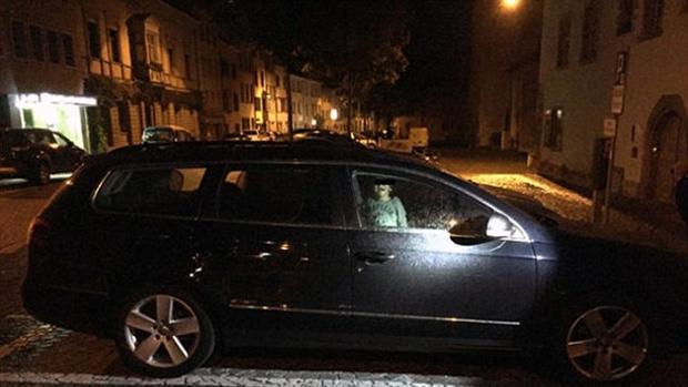 Una mujer deja a su hijo de 2 años aterrorizado en su coche mientras se iba de copas