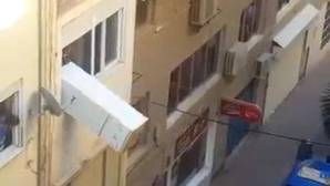 YouTube: Lanzan un frigorífico desde la ventana de un piso a la calle