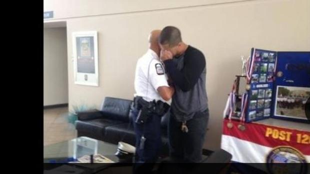 Emotivo abrazo entre el policía y el joven al que salvó la vida
