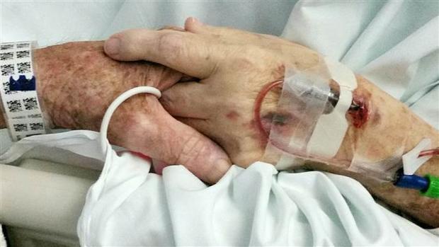 Imagen de Don y Margaret Livengood agarrados de la mano