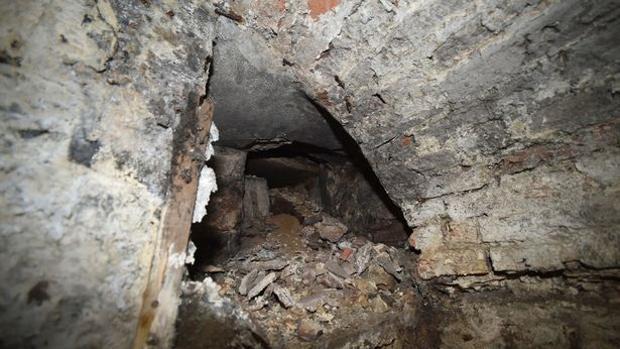 Acceso a uno de los túneles que unen estas casas de pequeño tamaño