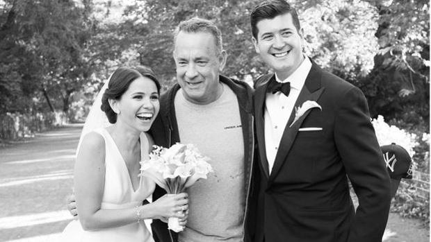 Instagram:  Tom Hanks hace «photobomb» a una pareja de recién casados y las fotos se hacen virales en Instagram