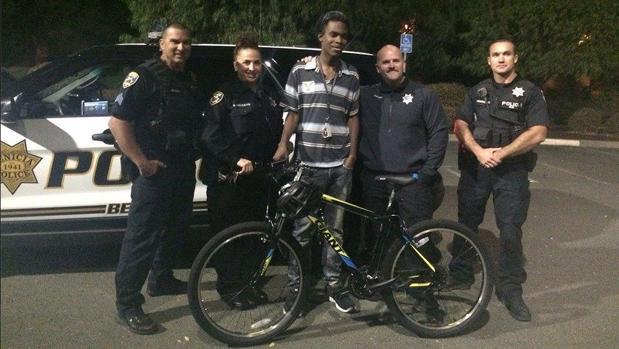 Varios policías regalan una bicicleta a un joven negro que caminaba 4 horas al día para llegar a su trabajo